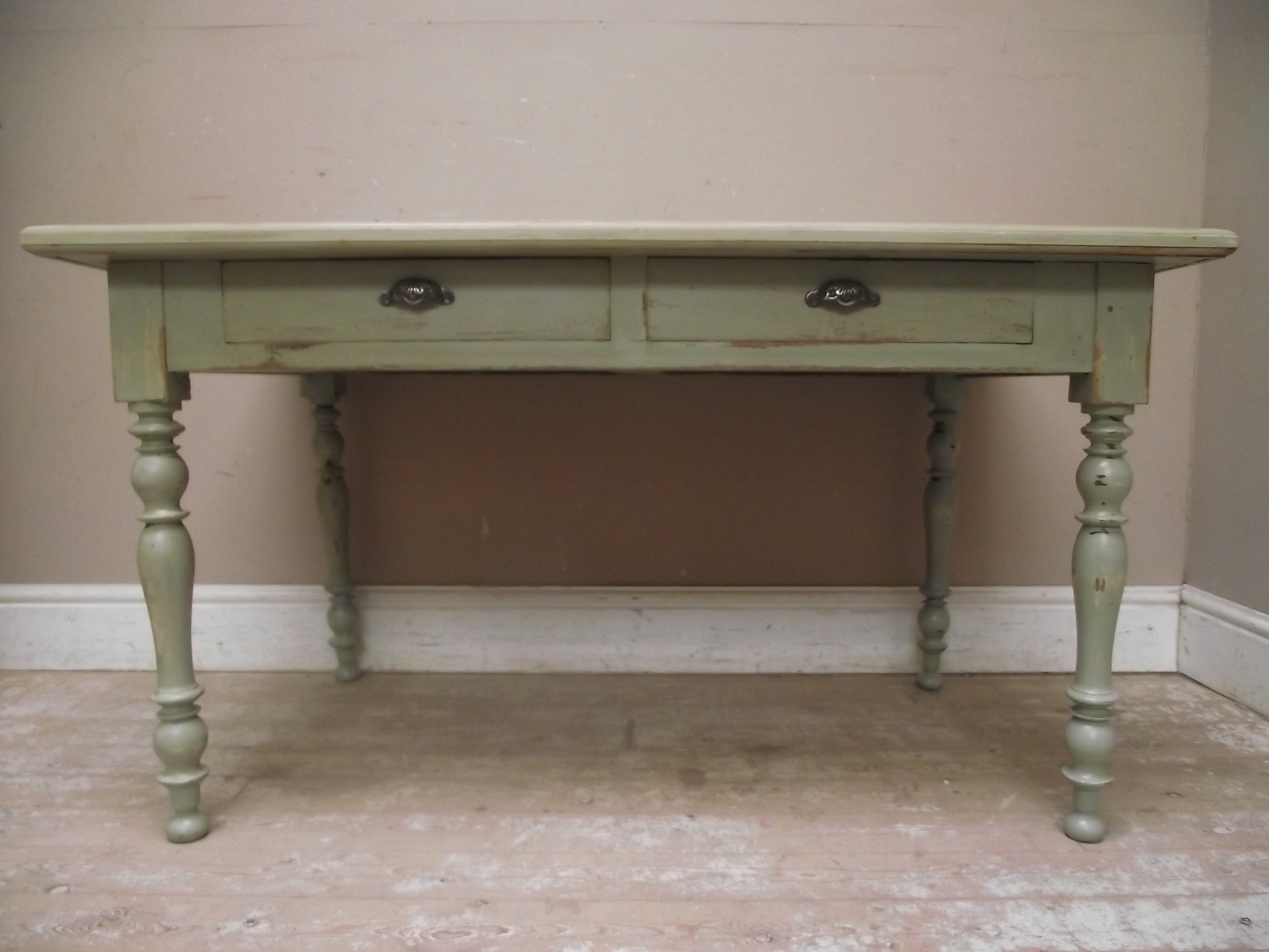 Distressed_table_French_style